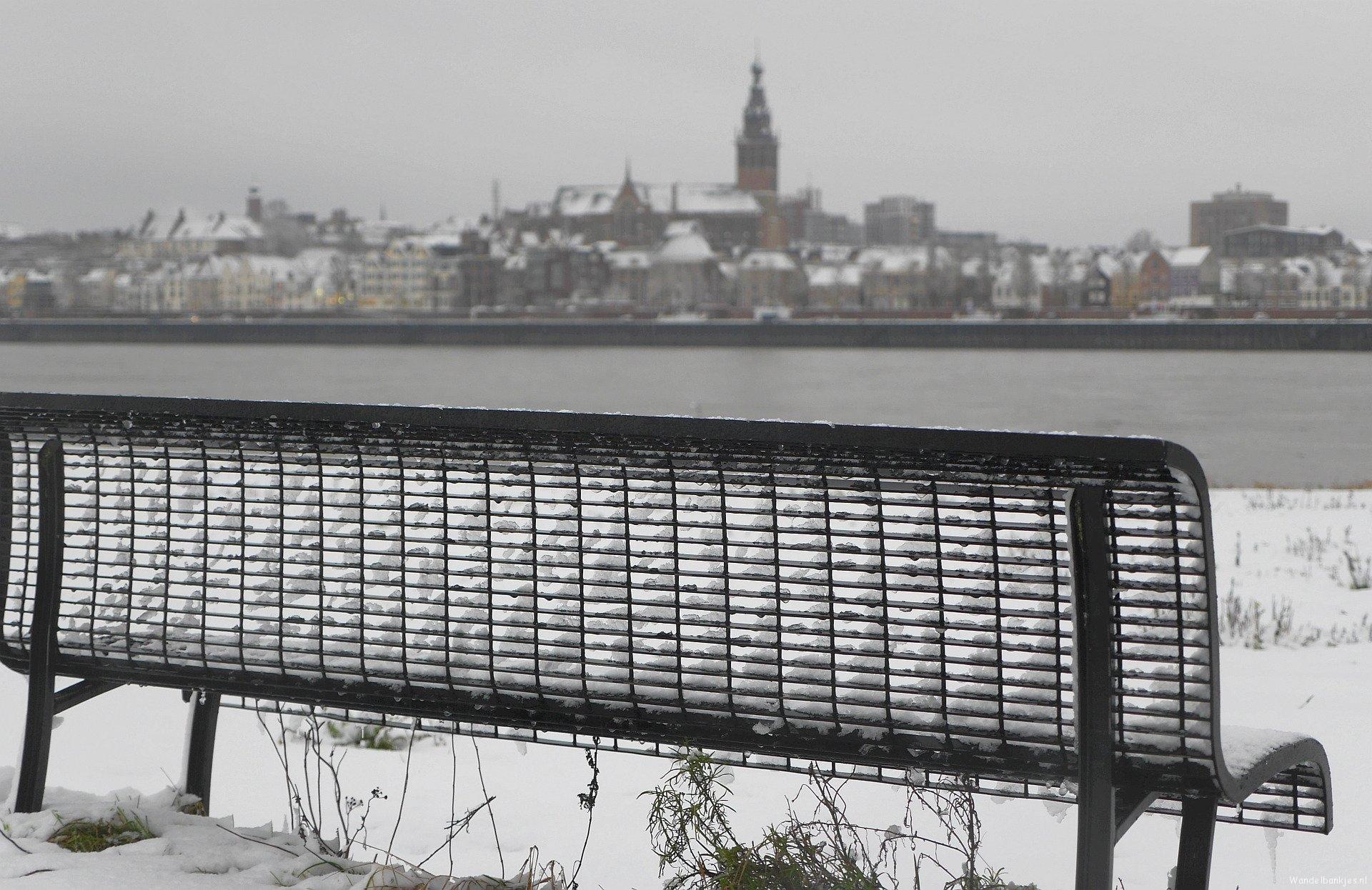 rt-arthurskm-nog-meer-voor-wandelbankjes-op-de-achtergrond-de-skyline-van-nijmegen-https-t-co-pw9ykfikms