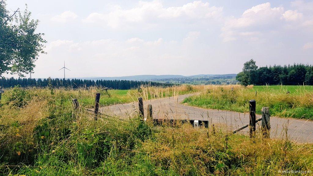 rt-wolfswandelplan-halenfeld-in-de-belgische-ardennen-wandelbankjes-https-t-co-b5b99xjgsy