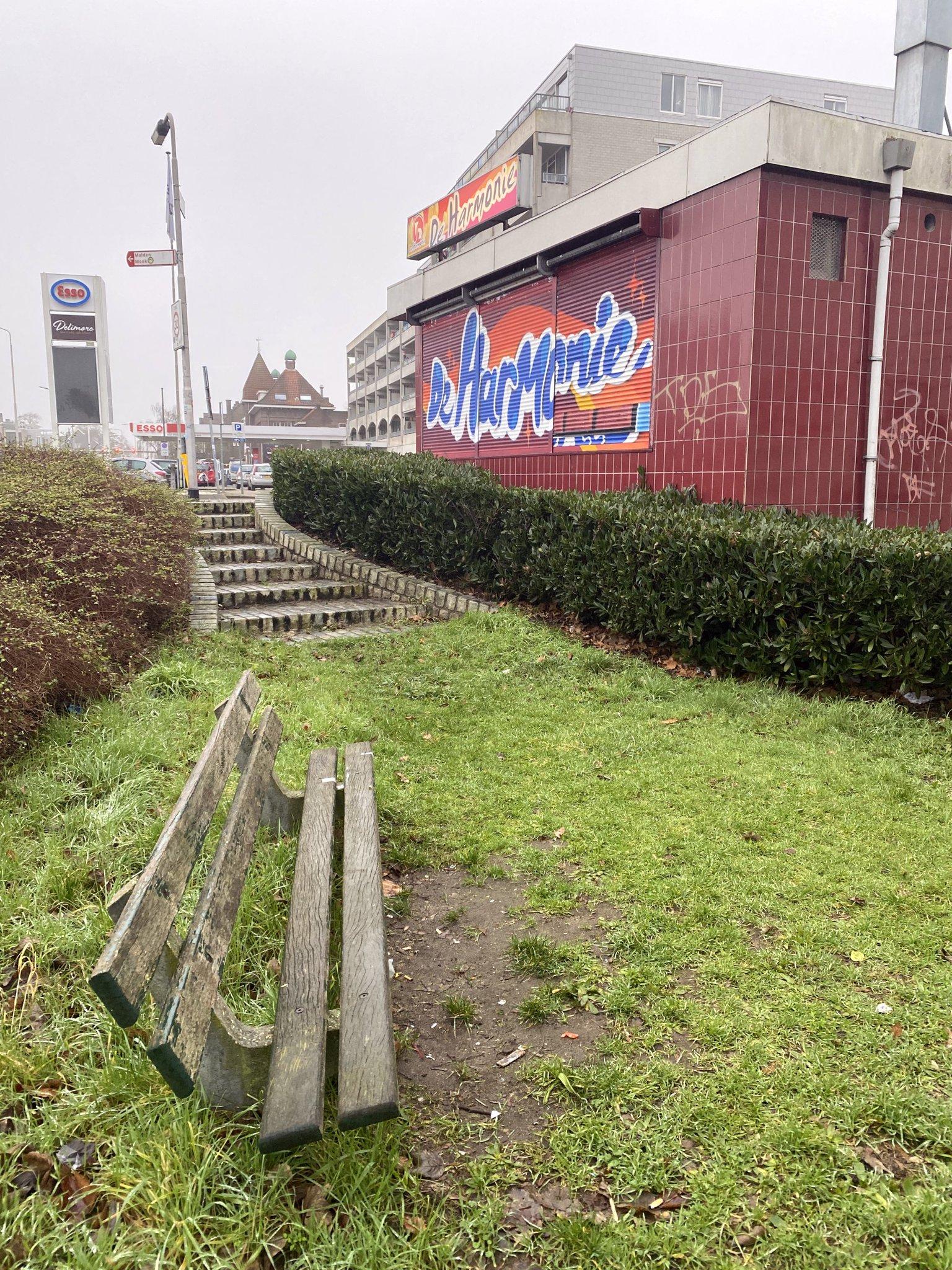 rt-arthurskm-voor-wandelbankjes-en-walkersbenches-bij-de-sint-annastraat-in-nijmegen-ter-hoogte-van-de-friettent-https-t-co-axn