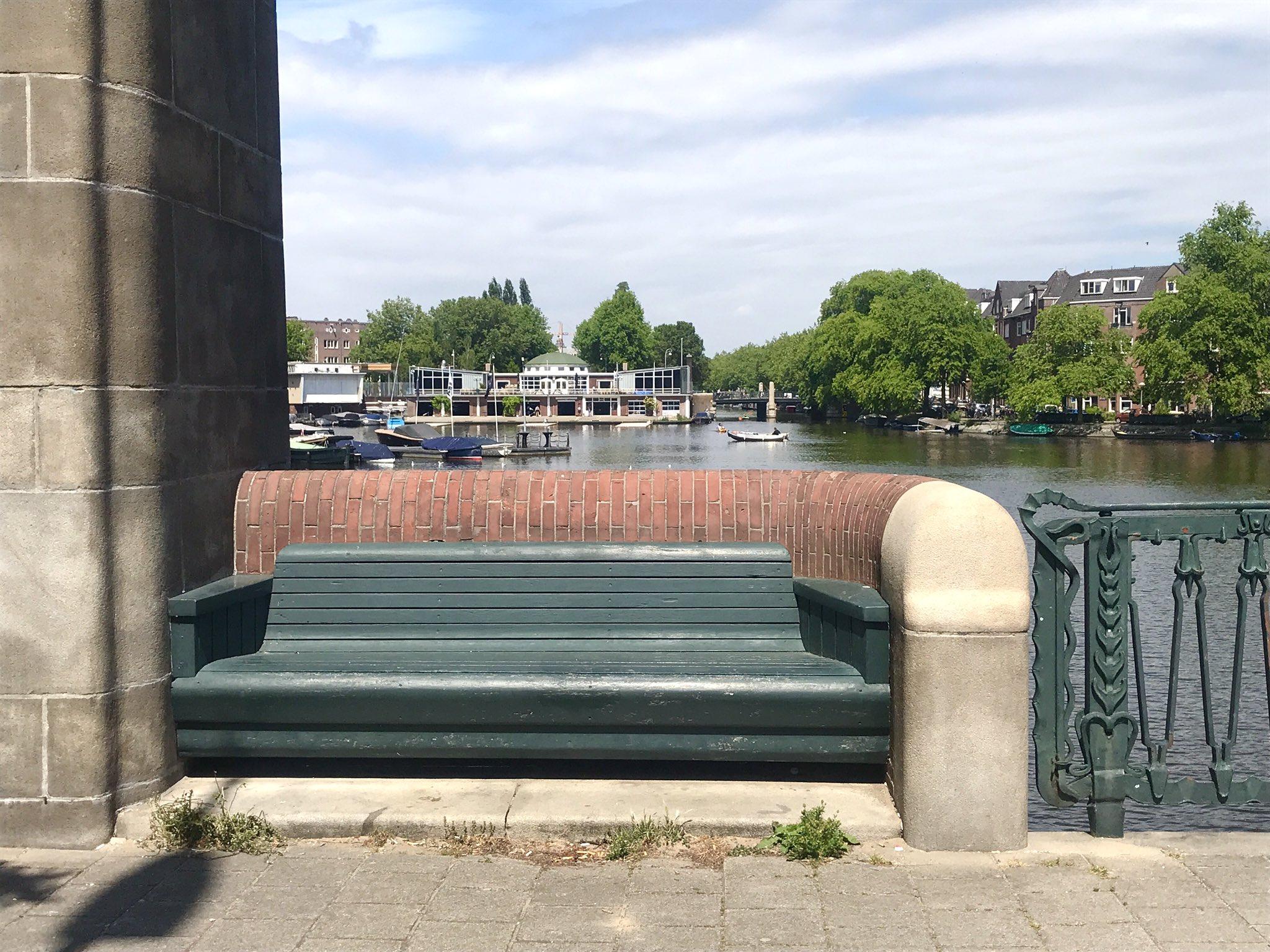 rt-davidesworld-lekker-beschut-bankje-op-de-brug-van-piet-kramer-bij-het-muzenplein-amsterdamseschool-https-t-co-dqgymroqb1