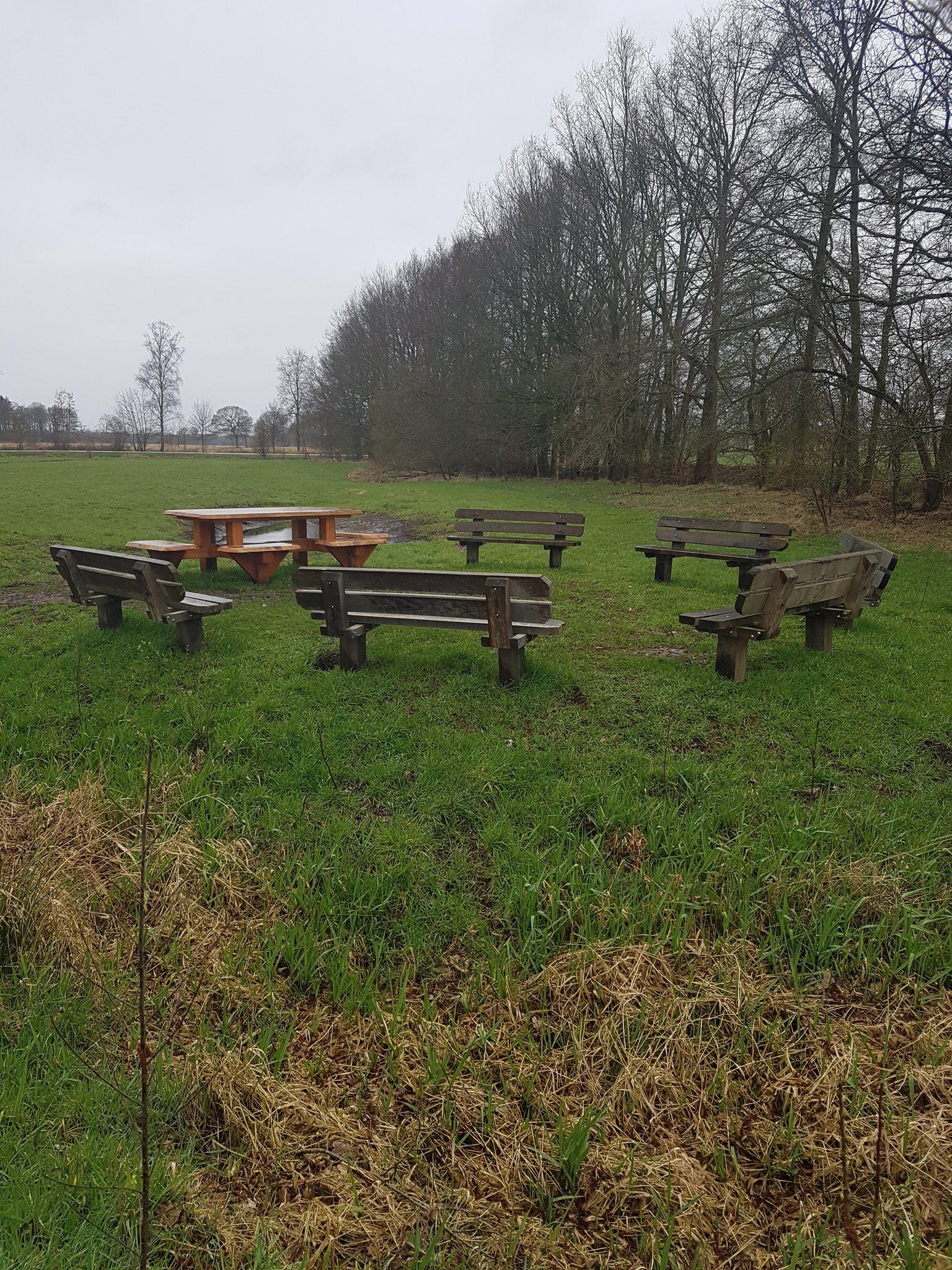 rt-gertdewit-dwingeloo-vandaag-een-beetje-regen-maar-een-mooie-groep-wandelbankjes-https-t-co-cjudkqwie2