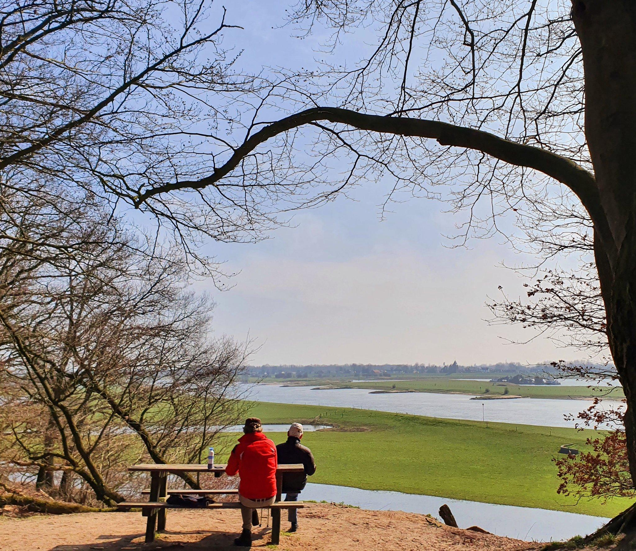 rt-wolfswandelplan-zicht-op-rivierdal-van-de-nederrijn-vanaf-de-noordberg-bij-renkum-wandelbankjes-https-t-co-gcstcqydip