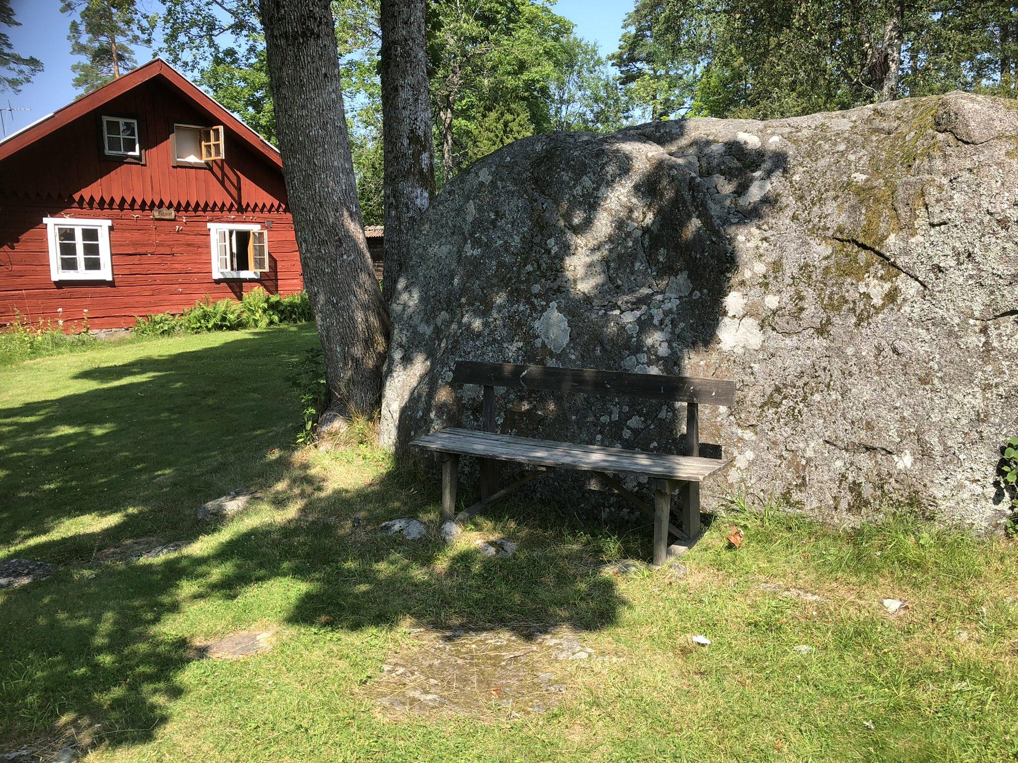 rt-gerritjhkuiper-uit-de-wind-en-uit-de-zon-wandelbankjes-in-tivedtorp-nabij-tivednationalpark-zweden-https-t-co-s5zenlyal3