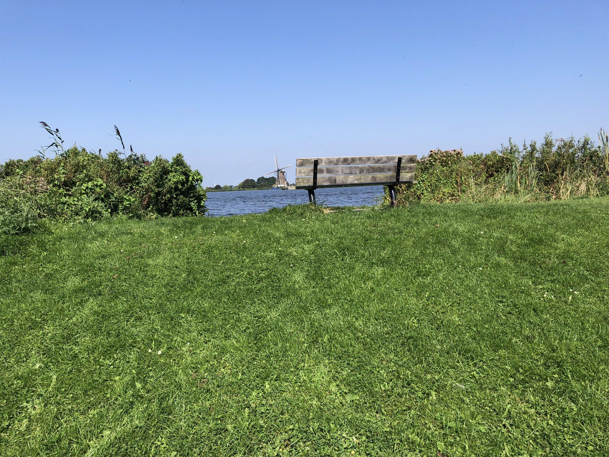 rt-groenehartstoc1-wandelbankjes-met-uitzicht-op-de-veendermolen-langs-de-wijdeaa-roelofarendsveen-groenehart-https-t-co-grx4yv1dgl